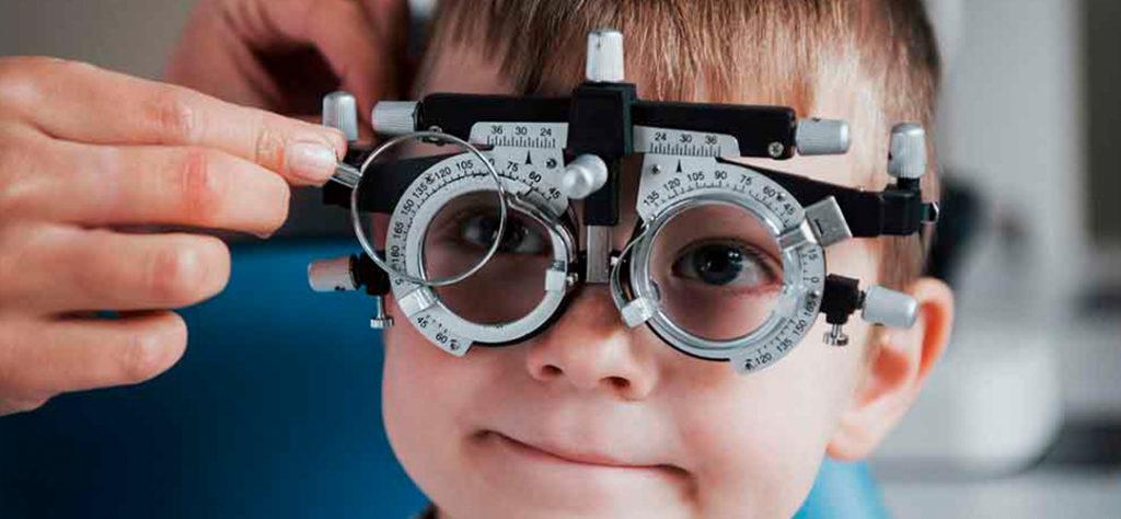 Todo lo que necesitas saber sobre la hipermetropía y el astigmatismo en niños